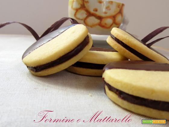 Biscotto farcito con crema cioccolato e rum