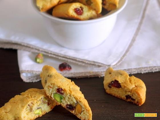 Biscotti con pistacchi, mirtilli rossi e cioccolato bianco