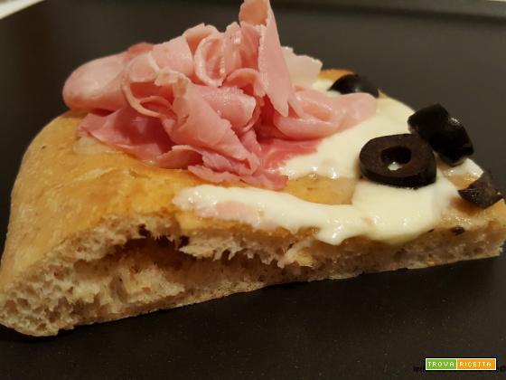 Pizza semintegrale con prosciutto cotto, olive e crescenza