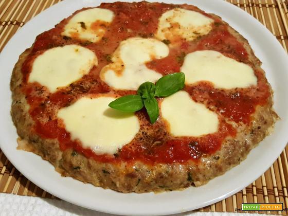 Pizza simile a margherita con misto di carne tritata