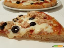 Pizza semintegrale con tonno, olive e mozzarella