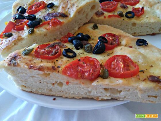 Focaccia ai pomodorini, capperi, acciughe, olive ed origano