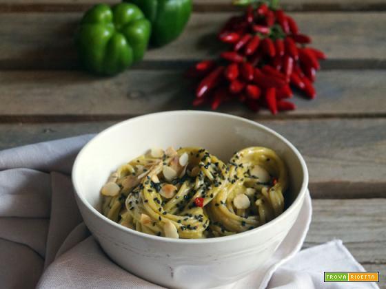 Essenza: Spaghetti integrali con crema di peperoni verdi, sesamo nero e mandorle tostate