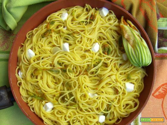 Spaghetti fiori di zucca, mozzarella e acciughe
