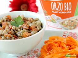 Orzo bio alle verdure con insalata di carote al sesamo