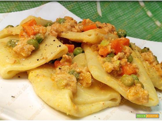 Paccheri con ragù di carote piselli e carne