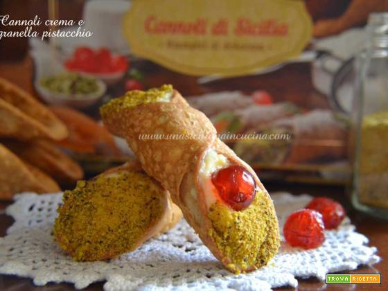 Cannoli con crema e granella pistacchio