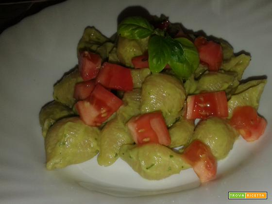 Pasta con crema di avocado