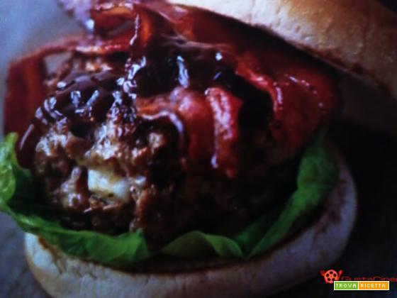Hamburger con bacon e salsa ketchup
