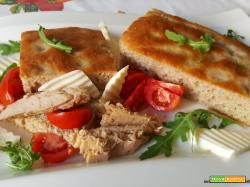 Focaccia con farina semintegrale, farina di ceci, tonno, rucola, formaggio e pomodorini