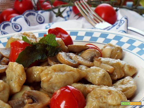 Gnocchi di patate e funghi con pomodorini