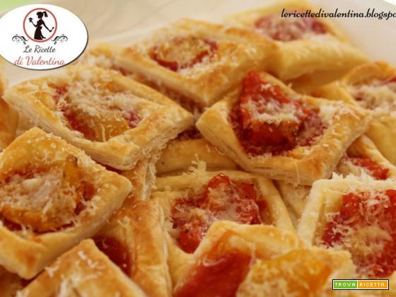 Pizzette quadre di sfoglia con peperoni e grana