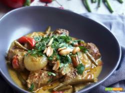 Manzo con curry rosso, latte di cocco e verdure