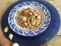 Insalata di riso con pesce e verdure