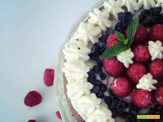 Naked cake al cacao con crema di mascarpone, gocce di cioccolato e copertura di lamponi