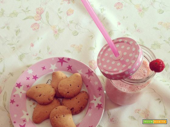 Smoothie alla fragola e banana, il frappè di frutta con jogurt