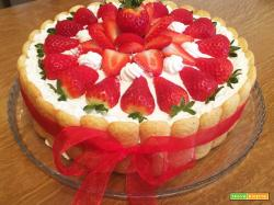 torta fragolosa con fragole e panna montata