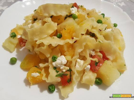 Pasta reginette con zucca, patate, pisellini, pomodori e quartirolo