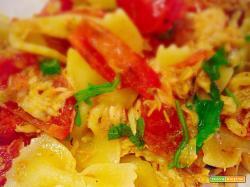Farfalle con pesce persico, pomodorini, rucola e paprika dolce