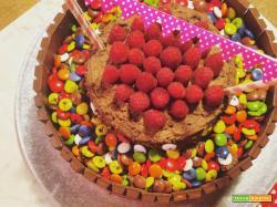 Mud Cake al cioccolato al latte con Kit Kat, Smarties & lamponi