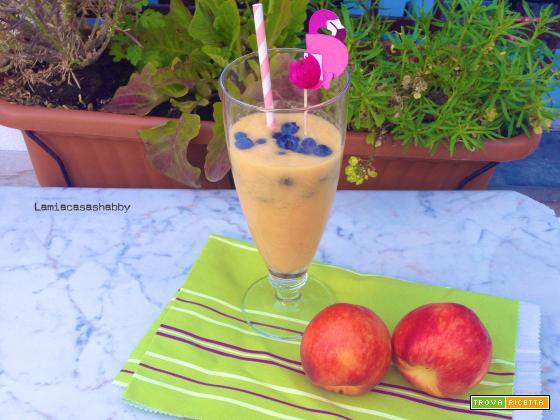 Mangia & Bevi – Smoothie pesca, limone e zenzero con mirtilli per dare inizio ad una coloratissima estate con Dalani!