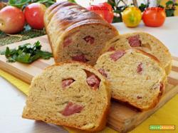 Pan brioche salato al prezzemolo con salame e formaggio