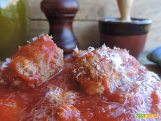 Polenta con sugo di spuntature e salsicce (ricetta di mia nonna)