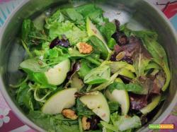 Insalata con prugne secche e mela verde