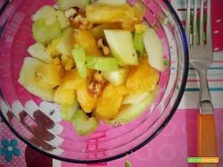 Insalata di ananas, mela verde e sedano