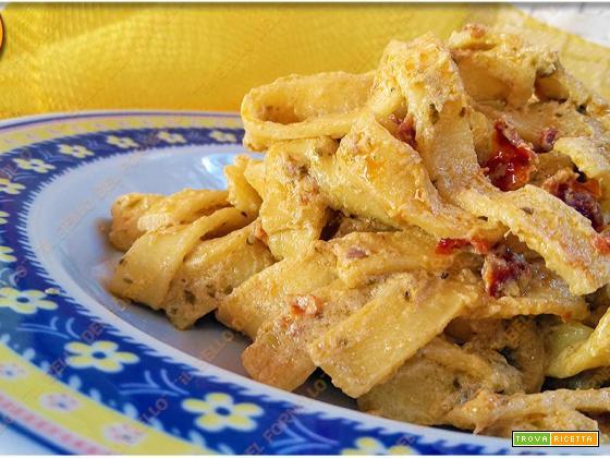Tagliatelle con pomodorini essiccati e crema di ricotta