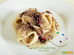 Conchiglioni di farina Saragolla con crema di Cannellini guarniti con salsa agrodolce di Uva Nera e Fiori essiccati di Erica