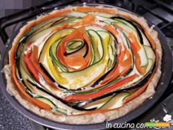 Torta salata alle verdure colorata