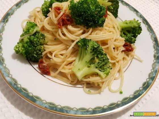 Spaghetti con broccoli e pomodori secchi sott'olio