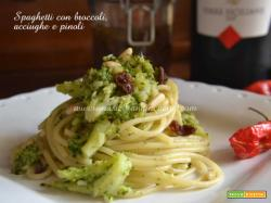 Spaghetti broccoli, acciughe e pinoli