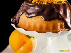 Ciambella all'arancia con salsa al cioccolato.