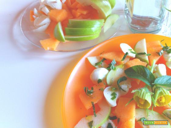 Finta caprese: mela, melone e mozzarella