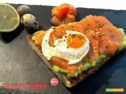 Crostone crema di avocado salmone e uova di quaglia