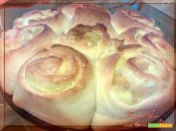 Torta di rose con crema e mele