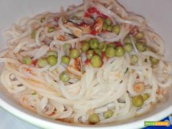 Zuppa di noodles con seppia e piselli