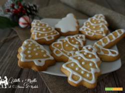 Biscotti di pasta frolla con addobbo di glassa bianca