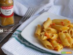 Penne con peperoni nella salsa al curry