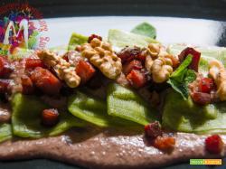 Tortelloni verdi al radicchio con pesto di radicchio rosso, noci e speck