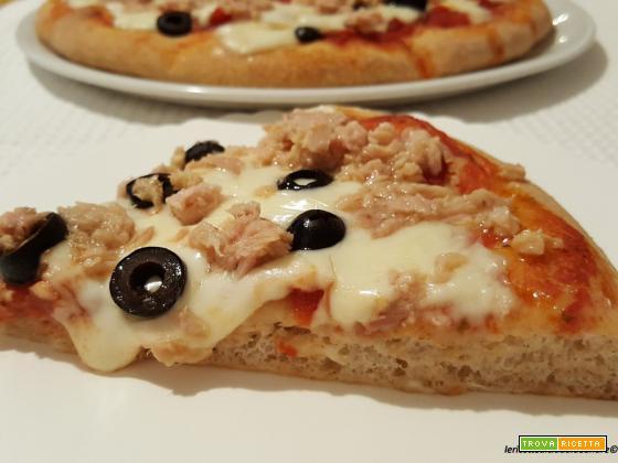 Pizza con tonno, mozzarella, olive e lievito madre