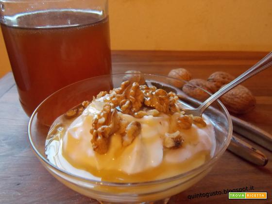 Yogurt greco con miele e noci
