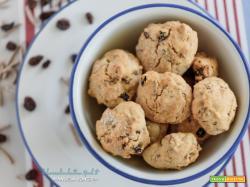 Biscotti con uvetta e bastoncini di crusca
