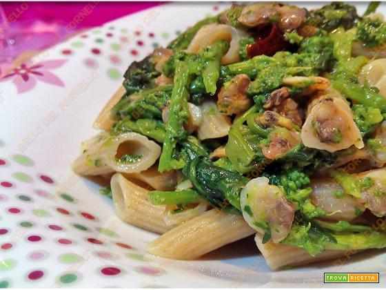 Penne rigate con vongole broccoli e peperoni cruschi