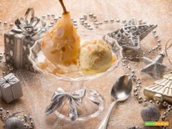 Pere cotte con mandorle e con gelato alla crema: il gustoso dessert semplice ed elegante allo stesso tempo