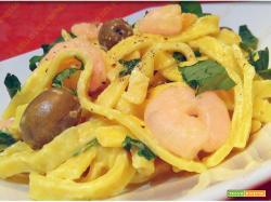 Tagliatelle cremose con gamberetti zafferano e olive