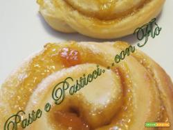 Girelle di pasta brioche con confettura d'albicocche