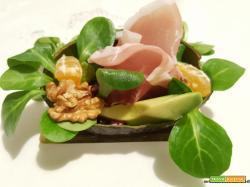 Insalata con valeriana, avocado, melograno, mandarini e noci
